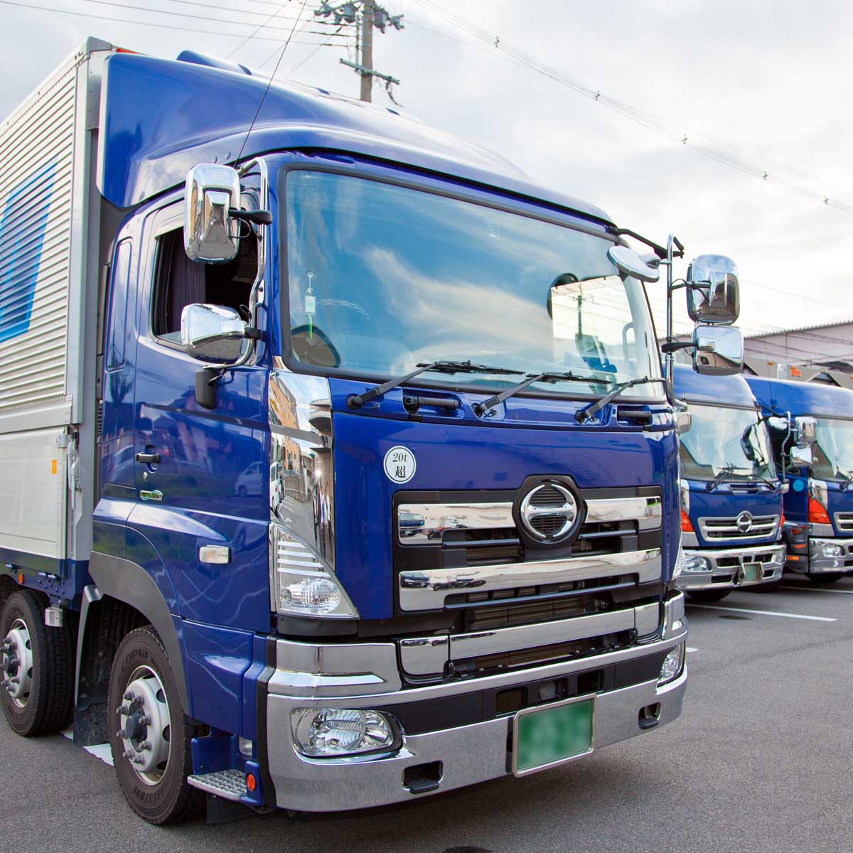 京都物流センター(KDC)駐車場に並ぶトラック