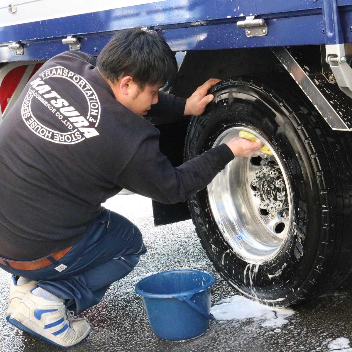 京都物流センター(KDC)洗車場でのトラック洗車